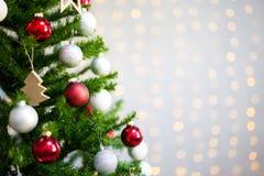 关闭在白色砖墙的装饰的圣诞树与 库存图片