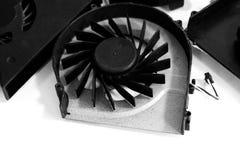 关闭在白色背景的一个被卸载的CPU爱好者 免版税库存图片