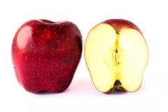 关闭在白色背景的切片新鲜的红色苹果 免版税库存照片
