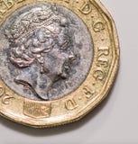关闭在白色背景隔绝的新的英国1英镑硬币焦点照片  免版税库存照片