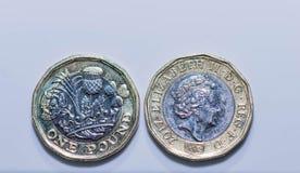关闭在白色背景隔绝的新的英国1英镑硬币焦点照片  免版税库存图片