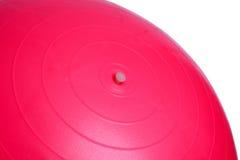 关闭在白色背景隔绝的一个桃红色健身球 免版税库存图片