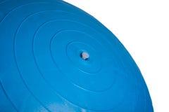 关闭在白色背景隔绝的一个蓝色健身球 库存图片