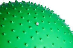 关闭在白色背景隔绝的一个绿色健身球 库存图片