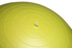 关闭在白色背景隔绝的一个黄色健身球 免版税库存照片
