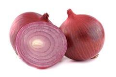 关闭在白色背景onionisolated的切的红洋葱和整个电灯泡 免版税库存照片