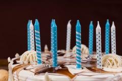 关闭在白色自创蛋糕的生日蜡烛 库存图片
