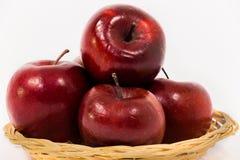 关闭在白色b隔绝的柳条筐的成熟红色苹果 免版税图库摄影
