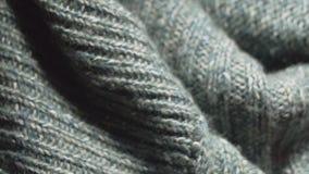 关闭在的一件被编织的丙烯酸酯的毛线衣纺织品购物 影视素材