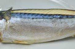 关闭在盘的被蒸的Saba鱼皮肤 库存图片