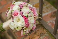 关闭在砖的五颜六色的新娘花束 免版税库存照片