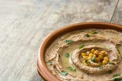 关闭在碗的扁豆hummus在木头 图库摄影