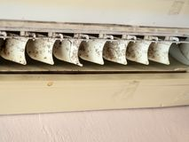 关闭在空调器系统的模子 危险和肺炎和呼吸道疾病的原因在房子或办公室里 空气condit 免版税库存照片