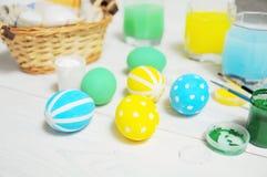 关闭在篮子的五颜六色的复活节彩蛋 掠过油漆 免版税库存图片