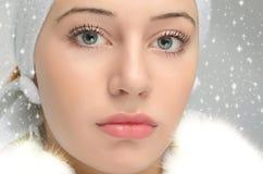 关闭在美丽的妇女面孔的画象在雪 库存图片