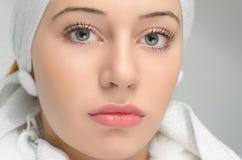 关闭在美丽的妇女面孔,被盖的顶头的画象 免版税库存图片