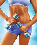 关闭在肌肉妇女身体的视图 免版税库存图片