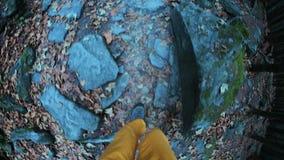 关闭在脚的第一人景色在远足走沿岩石足迹的起动 股票录像