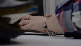 关闭在膝上型计算机的运转的手在全景窗口 研究在窗台的膝上型计算机的妇女 免版税库存图片