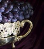 关闭在花瓶的葡萄 图库摄影