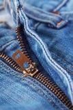 关闭在蓝色牛仔裤的拉链 免版税图库摄影