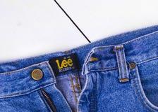 关闭在蓝色牛仔裤的李按钮 图库摄影