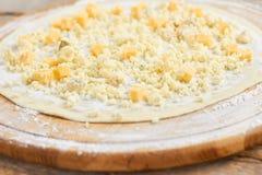 关闭在薄饼外壳的切好的乳酪 免版税库存照片