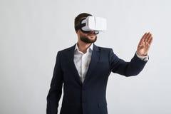 关闭在虚拟现实玻璃的商人 免版税库存照片
