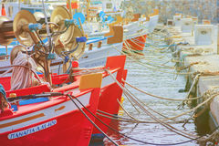 关闭在行米科诺斯岛海岛上的木渔船 库存照片