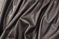 关闭在被弄皱的黑皮革材料被构造的织品 免版税库存图片