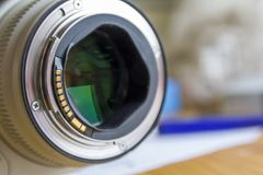 关闭在被弄脏的背景的摄象机镜头 库存照片
