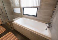 关闭在豪华白色浴缸在卫生间里 库存图片