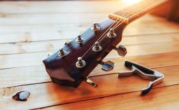 关闭在轻的木背景的脖子音响古典吉他 免版税图库摄影