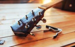 关闭在轻的木背景的脖子音响古典吉他 库存图片