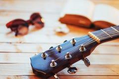 关闭在轻的木背景的脖子音响古典吉他 库存照片