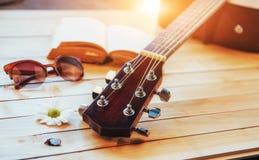关闭在轻的木背景的脖子音响古典吉他 免版税库存照片