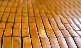 关闭在透视图的棕色竹桌布 免版税库存照片