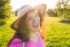 关闭在逗人喜爱滑稽笑的画象或有雀斑的惊奇的妇女在帽子 图库摄影