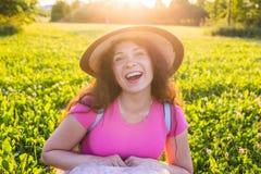关闭在逗人喜爱滑稽笑的画象或有雀斑的惊奇的妇女在帽子 免版税库存照片