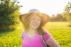 关闭在逗人喜爱滑稽笑的画象或有雀斑的惊奇的妇女在帽子 库存照片