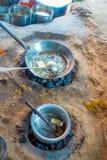 关闭在里面的印地安食物在地面的金属盘子,使用煤炭烹调在厨房里在斋浦尔,印度 免版税库存图片