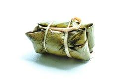 关闭在香蕉叶子的泰国传统黏米饭点心 免版税库存照片