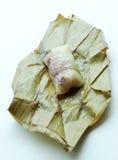 关闭在香蕉l的里面泰国传统黏米饭点心 免版税库存图片