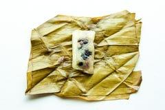 关闭在香蕉l的里面泰国传统黏米饭点心 免版税库存照片