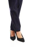 关闭在高跟鞋的女实业家亭亭玉立的腿 免版税库存图片