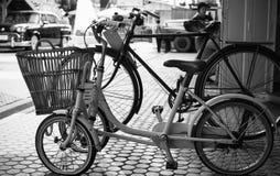 关闭在鹅卵石街道上的葡萄酒两自行车在老镇 免版税库存照片