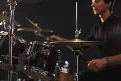 关闭在鼓手的鼓成套工具的大礼帽铙钹 库存照片
