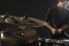 关闭在鼓手的鼓成套工具的铙钹 免版税图库摄影