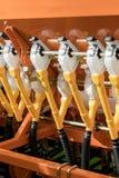 关闭在齿轮的链子在农业机器 犁现代技术红色拖拉机关闭在一个农业领域 结构 免版税图库摄影