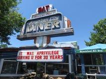 关闭在30工作年限的减速火箭的美国城市吃饭的客人以后 库存图片